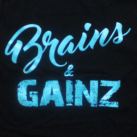 zwarte dames top met brains & gainz design in metallic blauw.